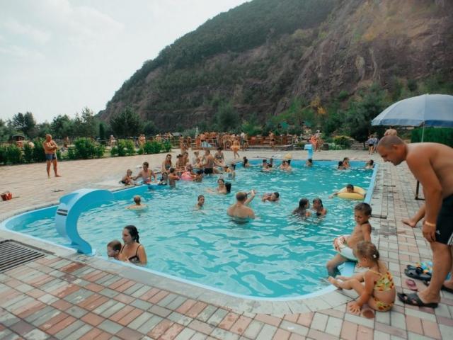 "Розважально-готельний комплекс ""Чорна Гора"" літом"