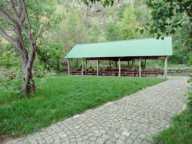"""Альтанки на території розважально-готельного комплексу """"Чорна Гора"""""""