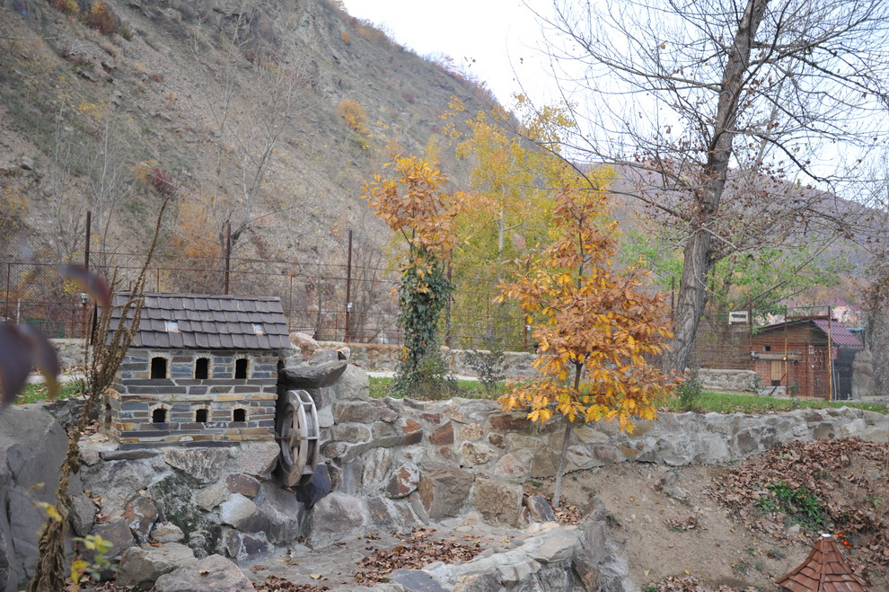 """Розважально-готельний комплекс """"Чорна Гора"""" в осени"""